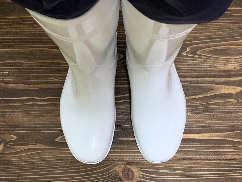 ハイグリップHG2000Nは、防寒白衣のパンツでも隙間がないことが上から見てもわかる