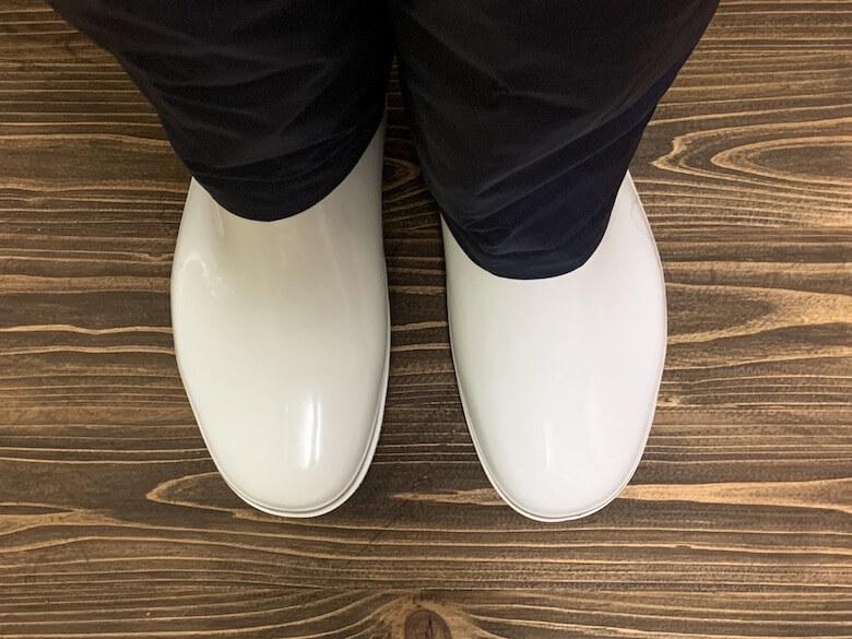 ハイグリップHG2000Nは、防寒白衣のパンツを中に入れなくても歩きやすい