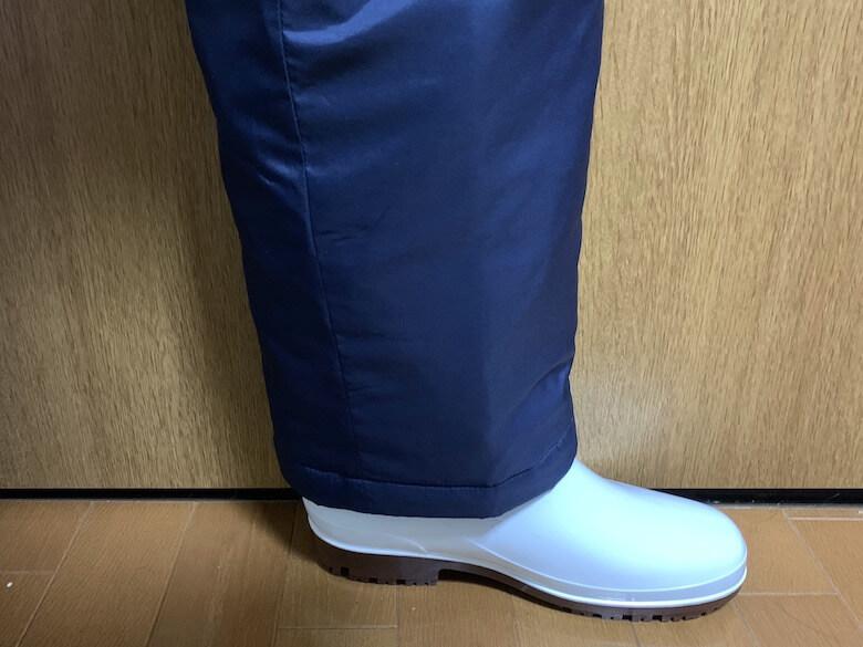 ハイグリップHG2000Nは、防寒白衣のパンツを中に入れなくても歩きやすいのは、横から見ても分かる