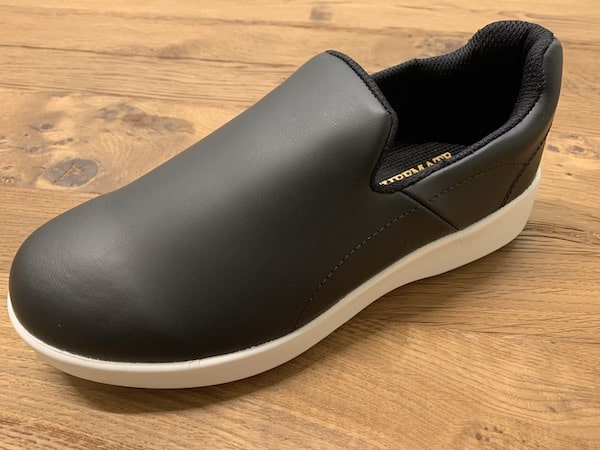 シェフメイトプレミアムP-100は、安くて滑りにくい靴