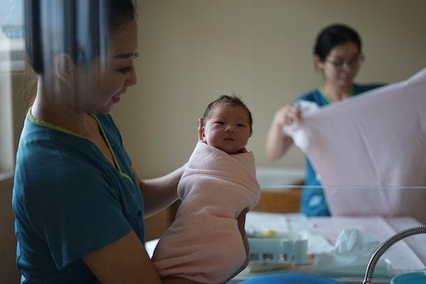 赤ちゃんを取り上げる助産師さん
