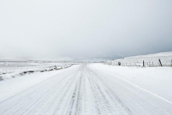 雪道でアイスバーンがある道路