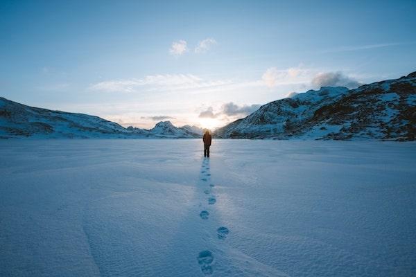 積もった雪についた足跡