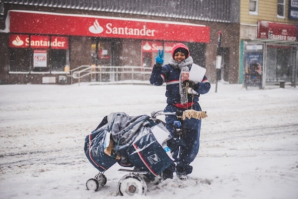 雪の積もった道で立つ人
