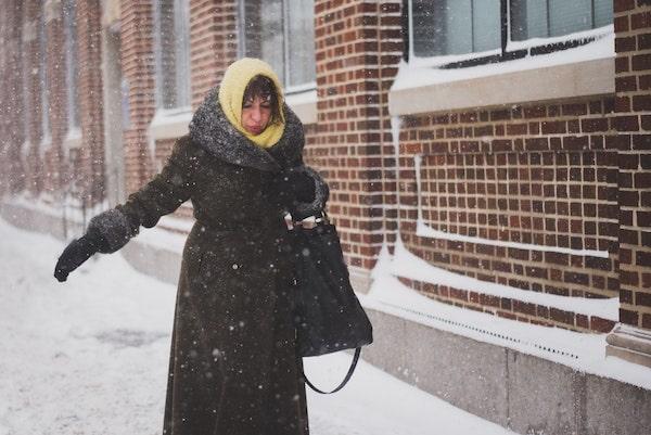 雪道で滑らないように歩く人