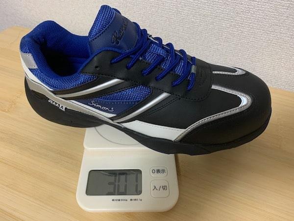 プロスニーカーのKA211の重量を計測