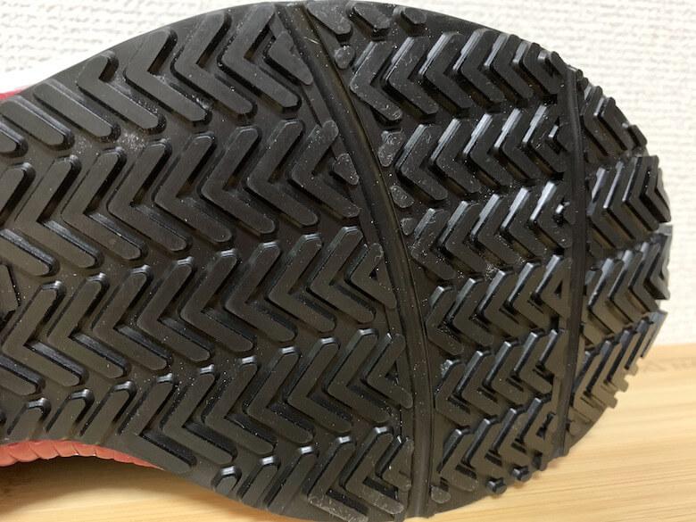 ハイパーV#2000はVの字状の靴底が水や油をかき出すので滑らない