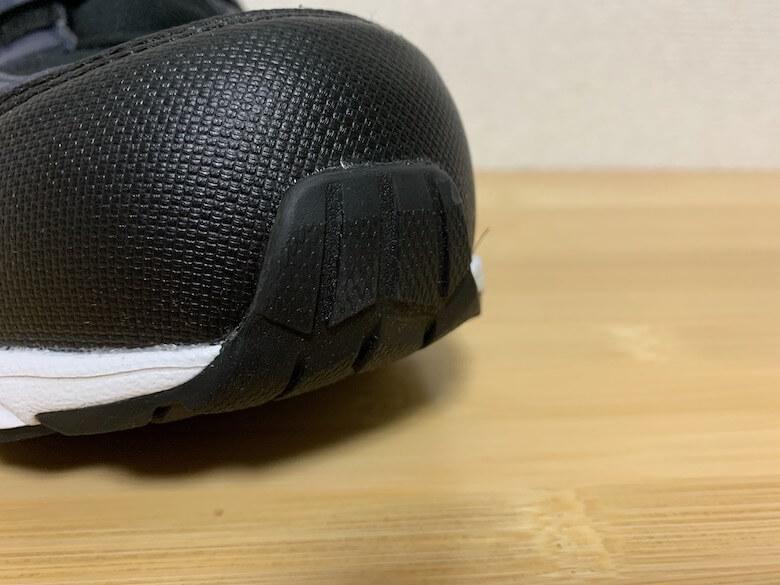 スポルディングの安全靴JIN3680は、靴底のゴムが巻き上がっている