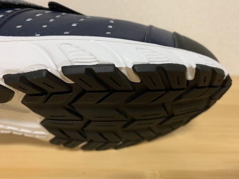 スポルディングの安全靴JIN3680は、クッションと靴底の機能が連携している