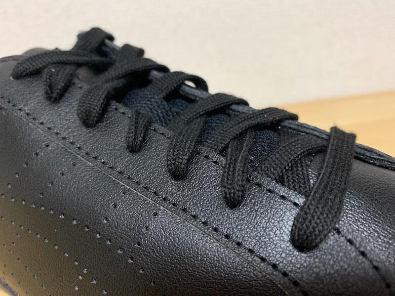 アシックスのLYTECOURTの靴紐は平紐