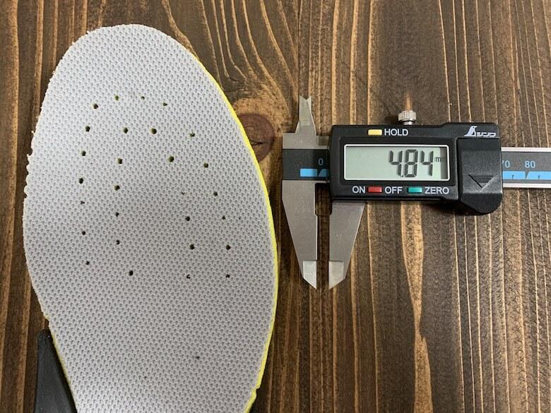 サロモンXAPRO3GTXのインソールの薄い部分で4.84mm