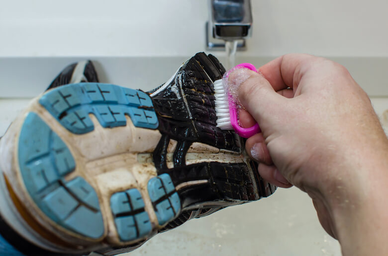 洗濯前に靴底を洗いましょう。